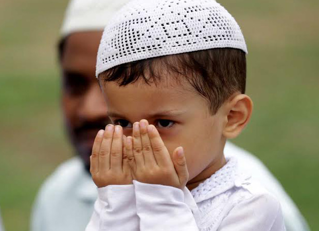 Must see pics: Watch toddlers offering prayers in humid weather