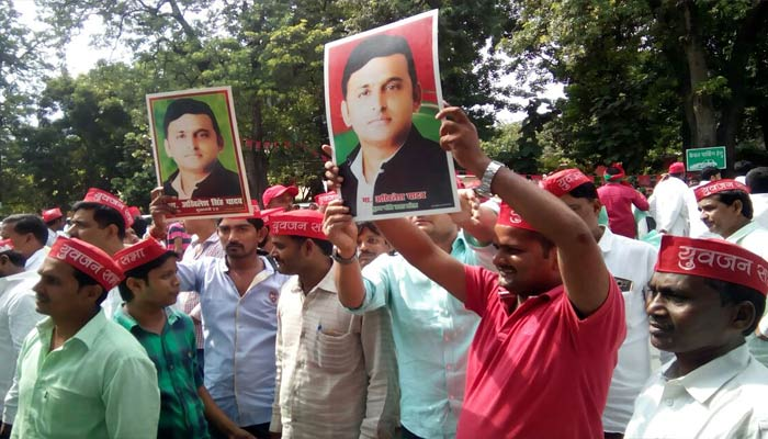 Akhilesh supporters gherao Mulyam residence and party office