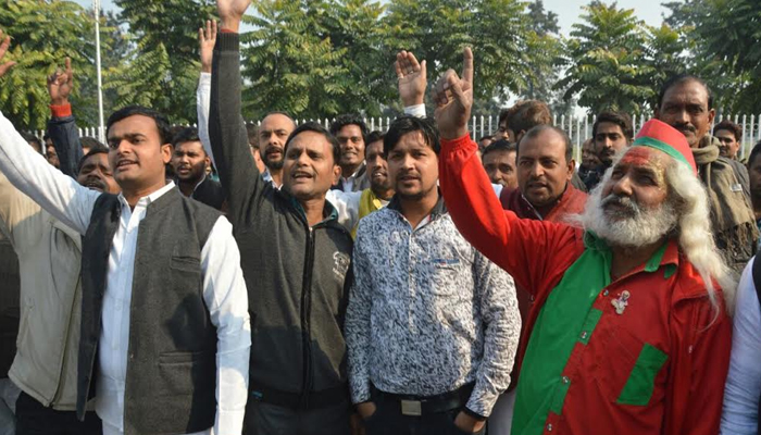 Akhilesh supporters violates Model Code of Conduct at CM residence