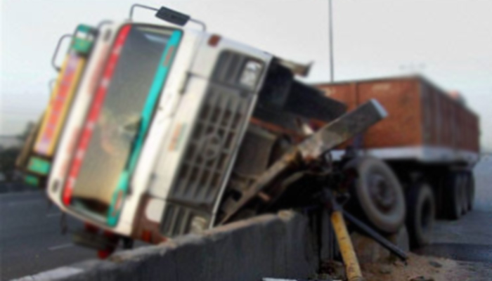 Truck collides with bus in Kushinagar, one killed