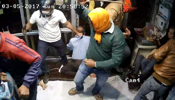 Exclusive Video of loot from jewellery shop in Lucknow