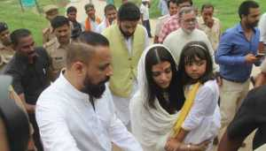 Aishwarya Rai Bachchan immerses ashes of her father at Sangam | See Pics