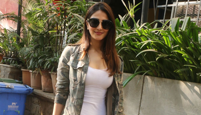 Winters are no obstacle for Vaani Kapoor; poses in casuals!