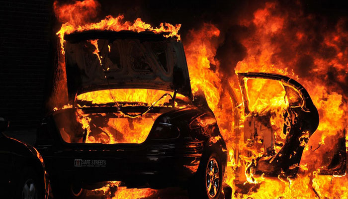 Man escapes from burning car on Yamuna Expressway