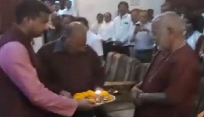Shocking: IAS officer performing Aarti of a politician in Shahjahanpur