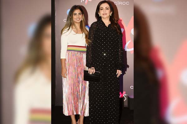 All glammed up Celebs sizzles Shweta Nanda's store launch