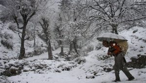 Kashmir, Ladakh, Himachal Pradesh continue to freeze in sub-zero temp