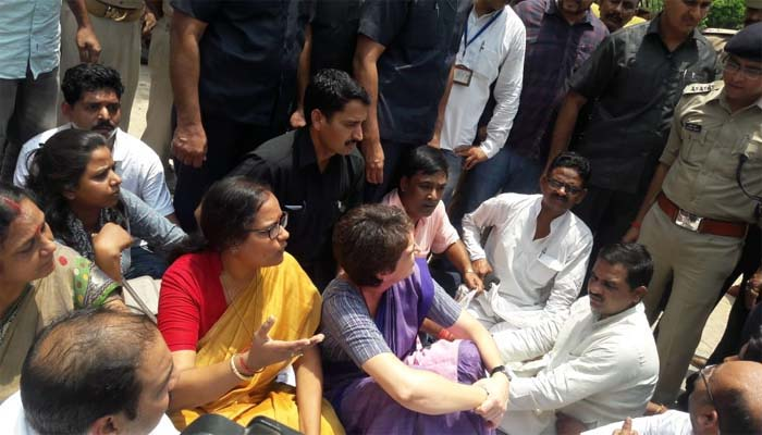 Priyanka stopped on way to Sonbhadra, Cong says she's been arrested