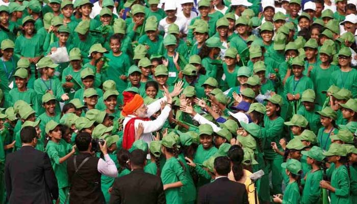 Schoolchildren jostle to shake hands with PM Modi at Red Fort
