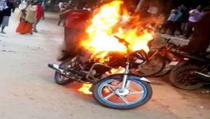 Man sets motorcycle ablaze after being issued challan for drunk driving