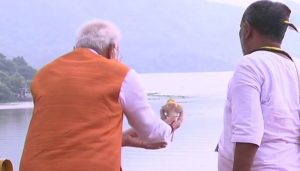 Modi performs Narmada 'aarti' at Sardar Sarovar dam