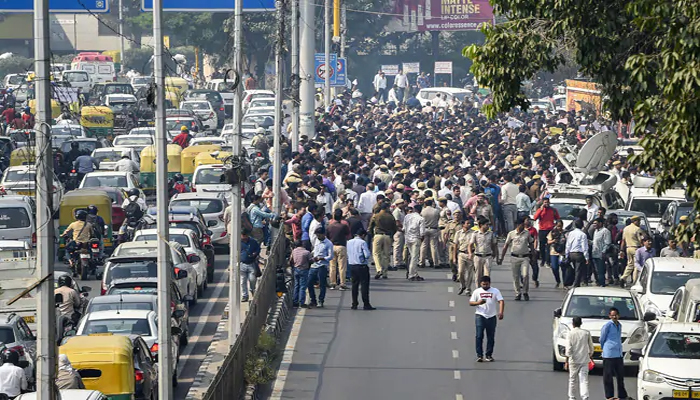Delhi Police personnel take to streets against attack on colleagues