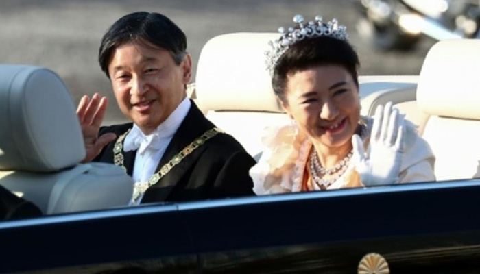 Cheering crowds greet Japans new emperor in rare parade