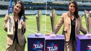 Kareena Kapoor reveals the trophy of ICC Women's T20 World Cup
