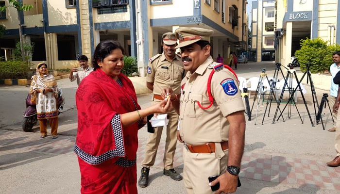 Hyd encounter: India hails Telangana Police; Learn who said for, against