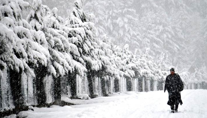 Kashmir remains cut-off from rest of country as heavy snowfall continues