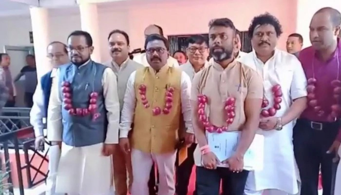 Cong MLAs wear onion garlands in HP Assembly to protest price rise