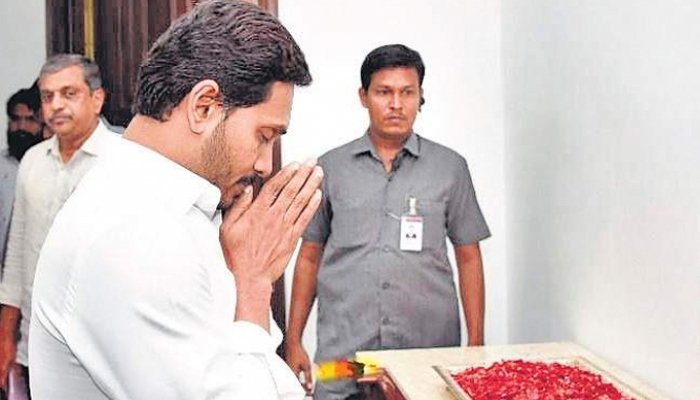 This humble CM ends his Delhi trip to attend his PAs funeral | Read