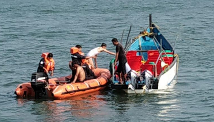 Maha: One dead, five rescued as boat capsizes off Vasai beach