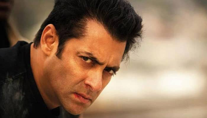 Salman loses cool, snatches fans phone at Goa airport I Watch Video