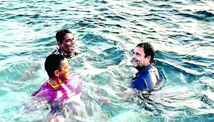 Congress Leader Rahul Gandhi jumps into sea to swim with Fishermen in Kerala