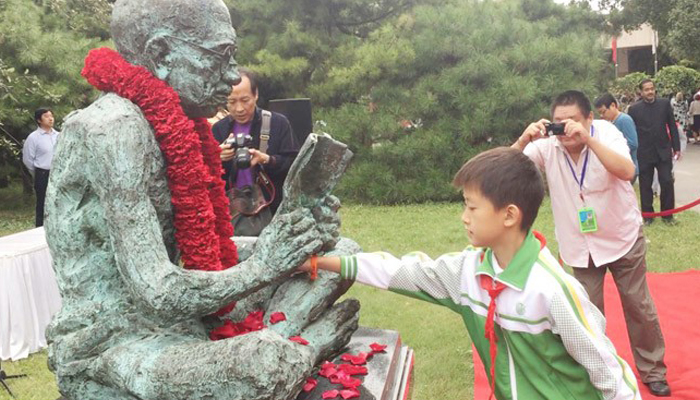 Chinese nationals pay floral tribute to Mahatma Gandhi in Beijing