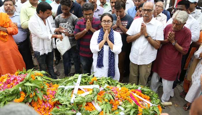 Daughter of ATS ASP Rajesh Sahni performs last rites of her father   Pictures