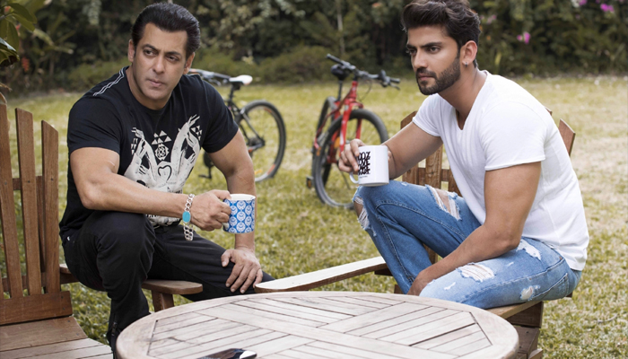 Salman puts his hand on another newcomer, meet him
