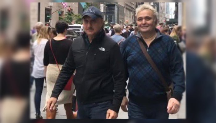 Amid cancer rumours, Rishi Kapoor makes his care-free appearance with his old friend