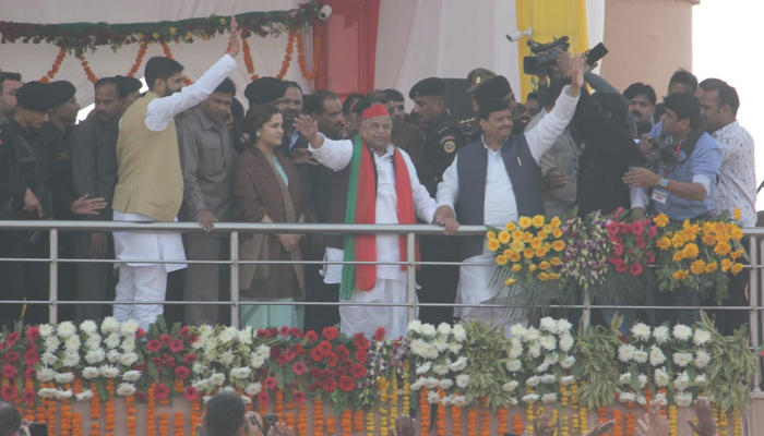 Mulayam supports Shivpal Yadav during show of strength in Lucknow